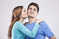 Woman kissing man, eyes closed - SSF00030