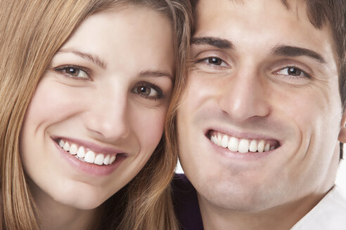Young couple smiling, portrait, close up - SSF00027