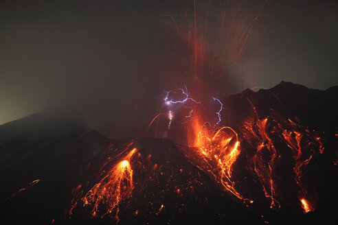 Japan, Kagoshima, Sakurajima volcano erupting - RMF00430