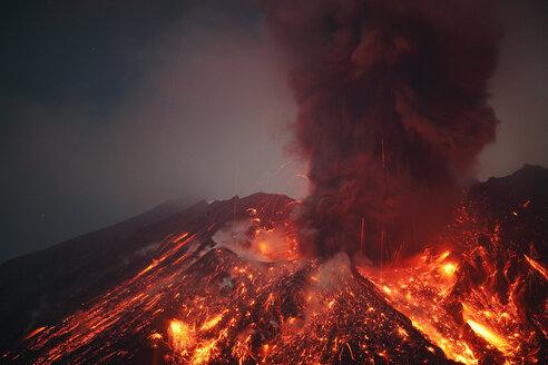 Japan, Kagoshima, Sakurajima volcano erupting - RMF00427