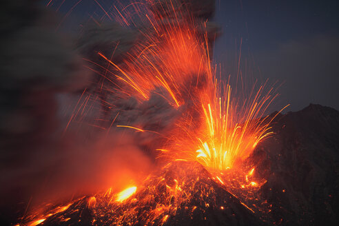 Japan, Kagoshima, Sakurajima volance erupting - RMF00424