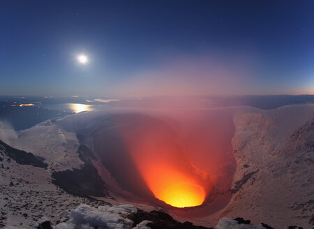 Chile, Villarica volcano erupting at crater lake - RM00446