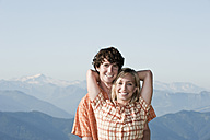 Young couple holding, smiling, portrait. - HHF03222