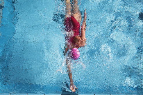 Woman swimming in pool, rear view - GWF01121