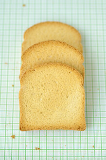 Slices of zwieback on green background, close up - COF00112