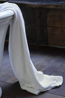 Germany, Munich, Towel on bathtub, close up - COF00109