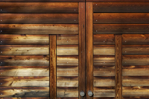 Germany, Munich, Close up of wooden garage door closed - MBF00961