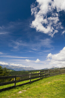 Italy, South Tyrol, Jenesien, Fence with mountain in background - SMF00602