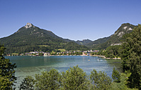Austria, Salzkammergut, Fuschl, Schober, View of fuschlsee lake with mountain in background - WWF001482