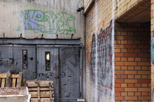 Germany, Munich, Graffiti on house court walls - LRF000538