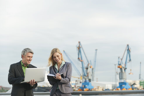 Germany, Hamburg, Business people working at harbour - WESTF015265