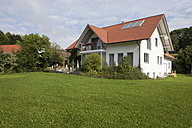 Germany, Munich, View of house with garden - RBF000394