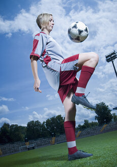 Germany, Augsburg, Soccer player playing with ball - WBF000789