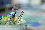 Close up of dirty paint brushes - HKF000296