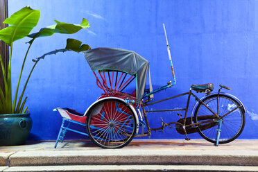 Malaysia, Fake bicycle taxi on table - NDF000156