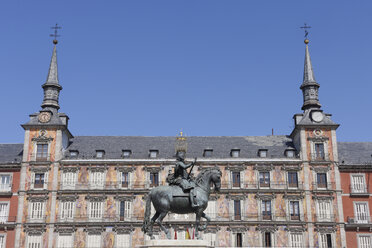 Spain, Madrid, Statue of Felipe III with Casa De La Panaderia at Plaza Mayor - RUEF000598
