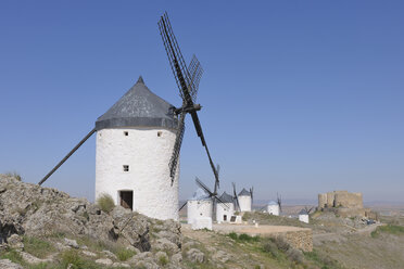 Spain, Castile-La Mancha, Consuegra, Toledo Province, Row of windmills and castle - RUEF000601