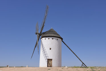 Spain, Toledo Province, Castile-La Mancha, View of windmill at Campo de Criptana - RUEF000605