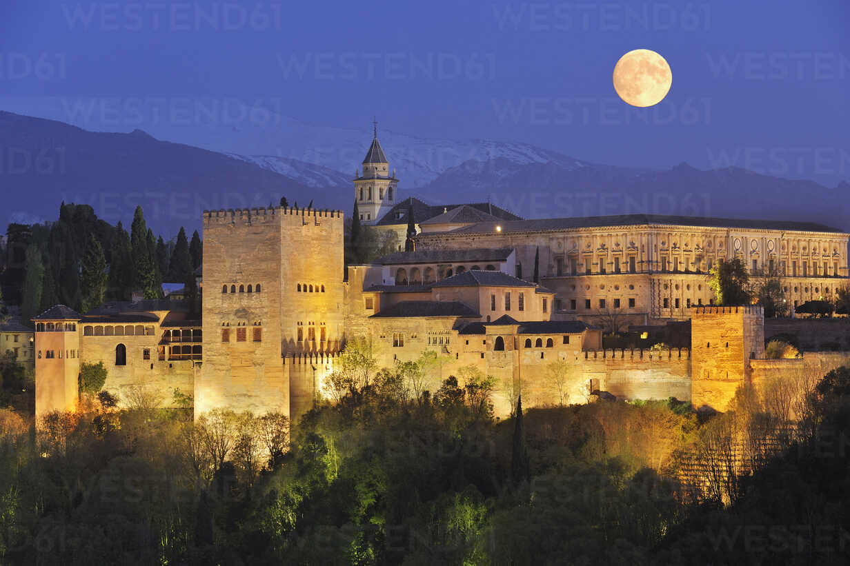 Spain, Andalusia, Granada Province, View of Alhambra Palace illuminated at night - RUEF000617 - Martin Rügner/Westend61
