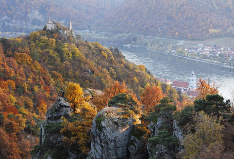 Austria, Lower Austria, Waldviertel, Wachau, View of Danube river and ruins of Duernstein castle - SIEF000084