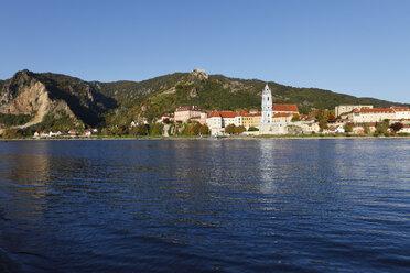 Austria, Lower Austria, Waldviertel, Wachau, Duernstein, Danube river with Collegiate church and mountain in background - SIEF000108