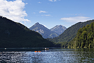Germany, Bavaria, Swabia, Schwaben, Allgaeu, Ostallgau, Schwangau, View of mountains with alpsee lake - SIE000182