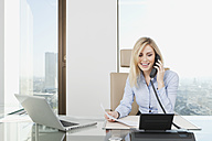 Germany, Frankfurt, Business woman on the phone, smiling - SKF000426