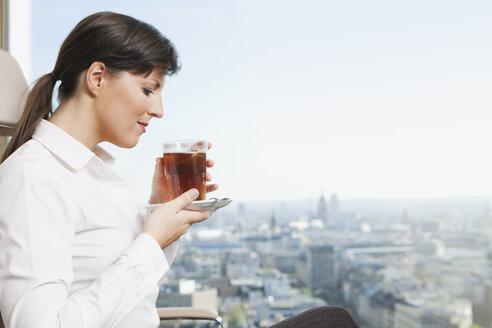 Germany, Frankfurt, Business woman drinking tea - SKF000462