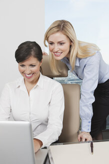 Germany, Frankfurt, Business women using laptop in office - SKF000498