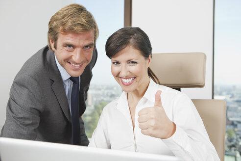 Germany, Frankfurt, Business people using laptop in office - SKF000504