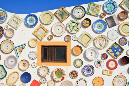 Portugal, Algarve, Sagres, Wall of plates - WVF000133