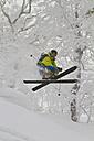 Japan, Hokkaido, Rusutsu, Man skiing - FFF001147