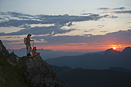 Austria, Salzburg Country, Altenmarkt-Zauchensee, Couple watching sunrise on mountains of Niedere Tauern - HHF003571