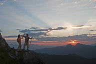 Austria, Salzburg Country, Altenmarkt-Zauchensee, Couple giving high five on mountains of Niedere Tauern - HHF003585