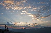 Austria, Salzburg Country, Altenmarkt-Zauchensee, Couple watching sunrise on mountains of Niedere Tauern - HHF003587