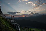 Austria, Salzburg Country, Altenmarkt-Zauchensee, Couple watching sunrise on mountains of Niedere Tauern - HHF003589