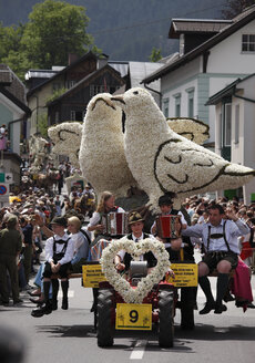 Austria, Styria, Salzkammergut, Ausseer Land, People celebrating narcissus festival in bad aussee - SIE000698