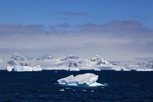 South Atlantic Ocean, Antarctica, Antarctic Peninsula, Gerlache Strait, View of iceberg with snow-covered mountain range - FOF003276