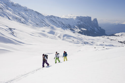 Italy, Trentino-Alto Adige, Alto Adige, Bolzano, Seiser Alm, Group of people on ski tour - MIRF000140