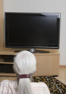 Germany, Duesseldorf, woman watching TV - UKF000258
