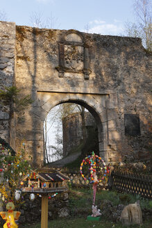 Germany, Franconia, Franconian Switzerland, Wiesenttal, View of easter decoration at Streitburg castle ruin - SIE001443
