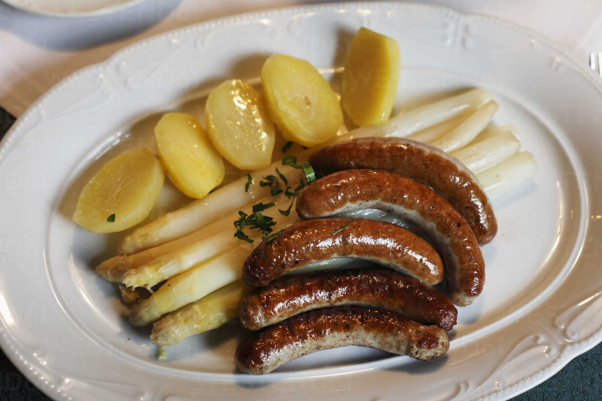 Germany, Bavaria, Franconia, Close up of fried sausages and asparagus - SIEF001445 - Martin Siepmann/Westend61