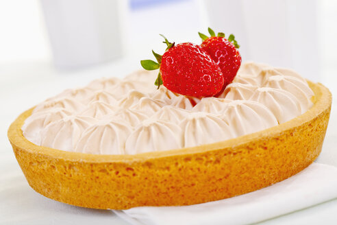 Close up of strawberry baiser cake with fresh strawberries - TSF000241