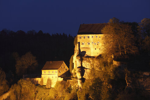 Germany, Bavaria, Franconia, Upper Franconia, Franconian Switzerland, Pottenstein, View of castle on top of mountain at night - SIEF001481