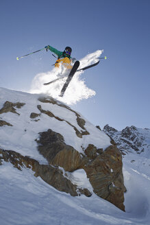 Austria, Tyrol, Pitztal, Mature man doing freestyle skiing - FFF001223
