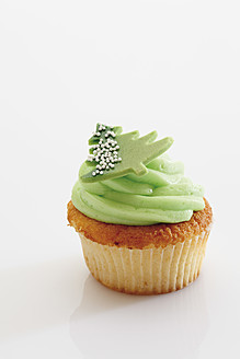 Close up of woodruff buttercream cupcake with christmas sticker against white background - CSF014936