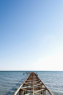Turkey, Belek, View of rusty boat landing stage near sea - KJF000090