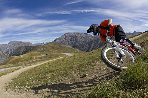 Italy, Livigno, View of man free riding mountain bike downhill - FFF001188