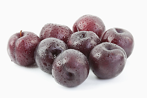 Plums on white background, close up - MAEF003500