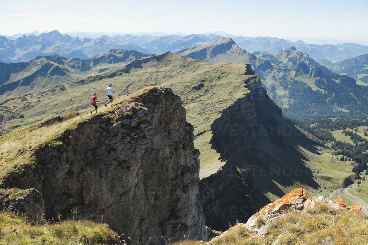 Austria, Kleinwalsertal, Man and woman trail running on mountain cliff - MIRF000236 - Michael Reusse/Westend61